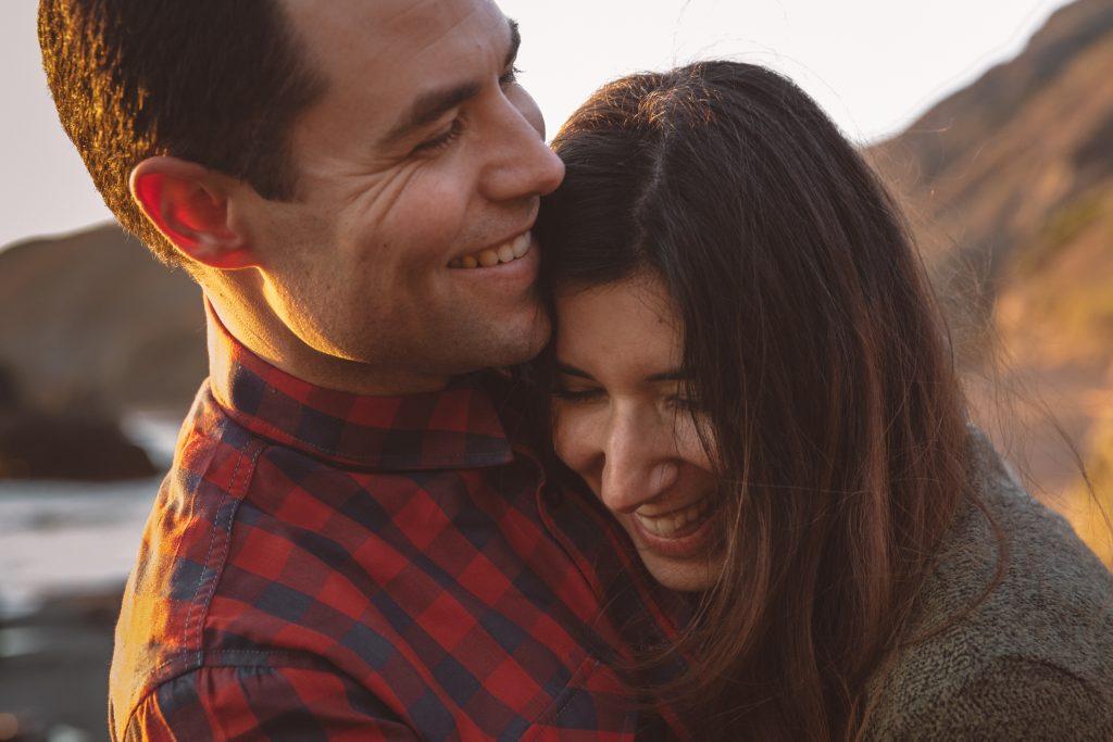 COUPLES SESSION BLACK SAND BEACH CALIFORNIA COAST DESTINATION WEDDING PHOTOGRAPHER FOTOGRAFO DE BODAS PAREJA MADRID SPAIN